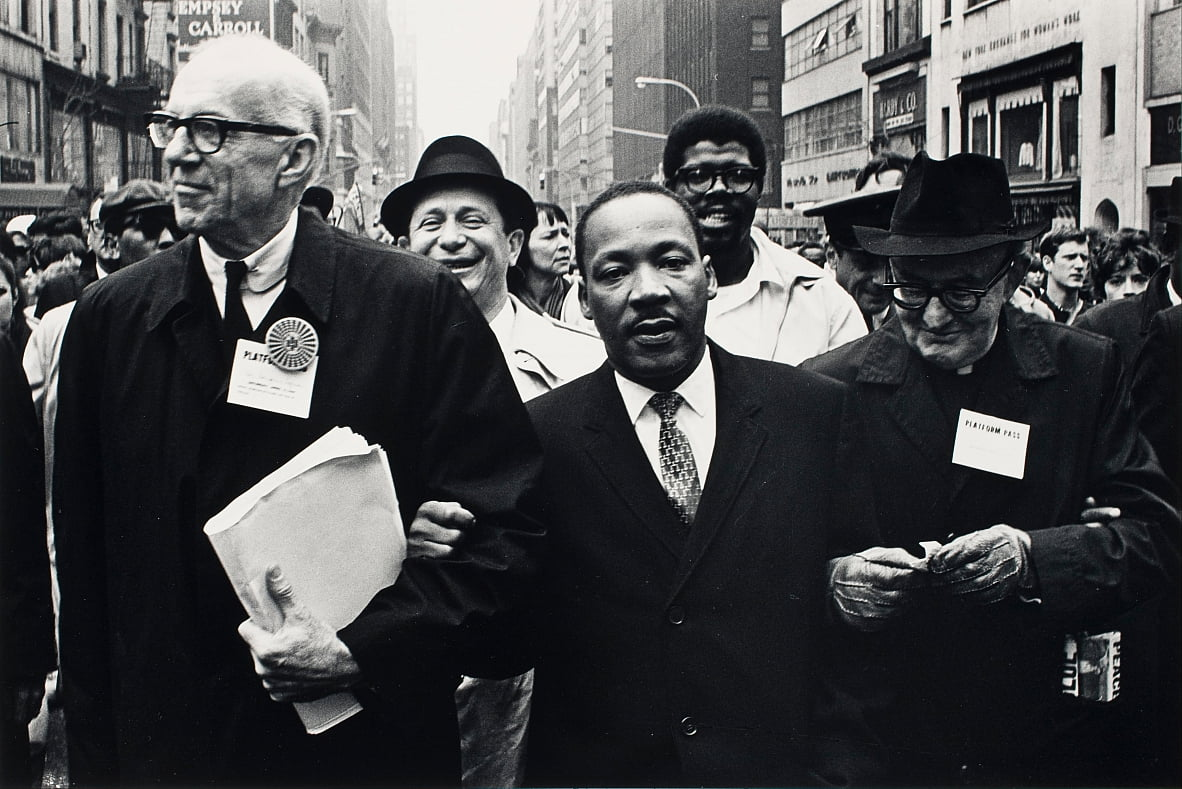 Dr. Benjamin Spock, Dr. King und Monsignore Rice of Pittsburgh marschieren in der Solidarity Day Parade von Benedict J. Fernandez